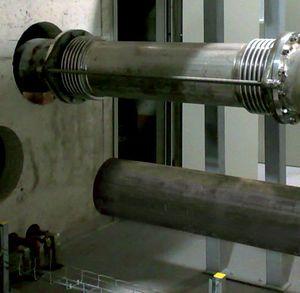 Lateralkompensator mit Zuganker und Kugelgelenken zur Aufnahme von allseitigen lateralen Bewegungen